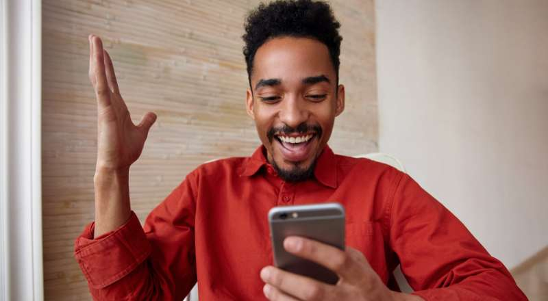 Homem feliz com atendimento por chatbot da inbot