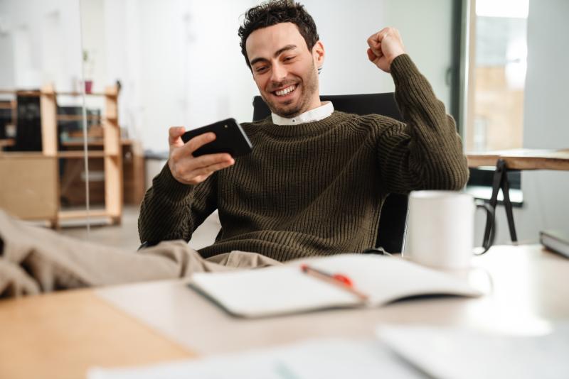 Homem comemorando atendimento pelo Instagram com chatbots