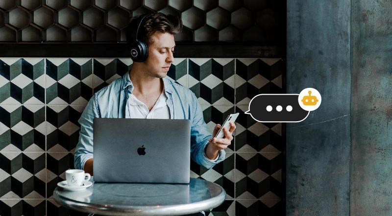 Homem olha mensagem no celular