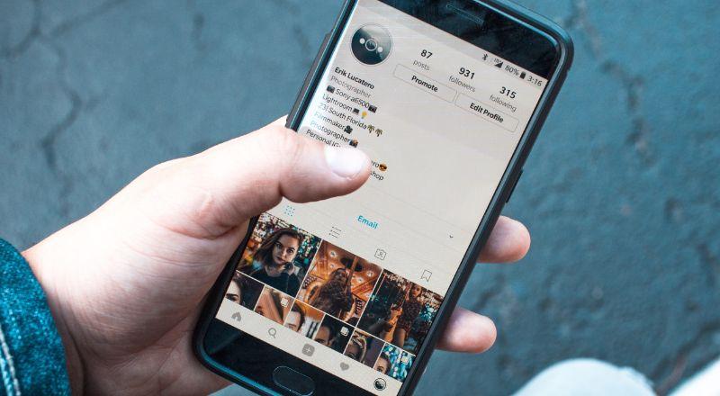 Celular com imagem de um perfil de instagram
